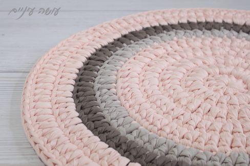 עושה עיניים - הוראות סריגה לשטיח טריקו עגול בעמודים    OsaEinaim - Crochet round rug pattern with t-shirt yarn